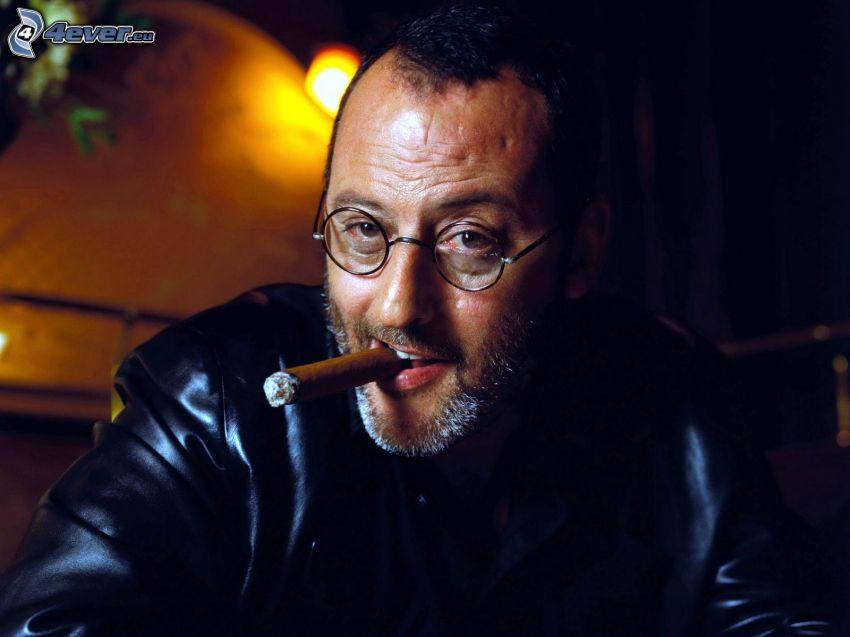 Jean Reno, cigarro, el hombre con las gafas