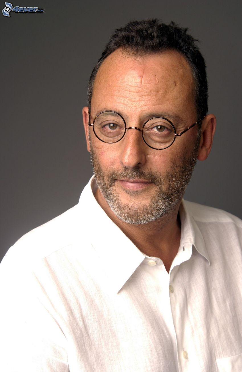 Jean Reno, el hombre con las gafas, camisa blanca