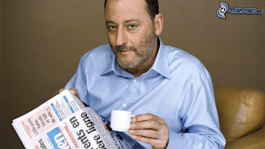 Jean Reno, periódico, taza de café