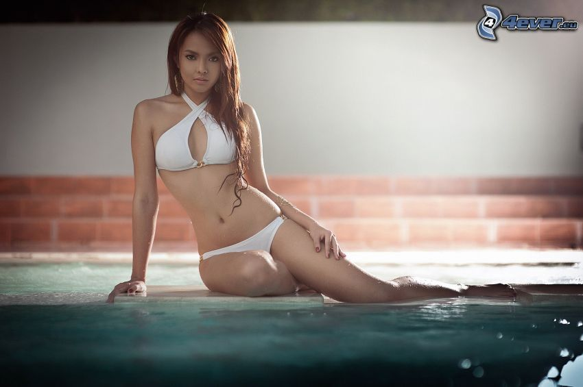 Jed Montero, mujer en bikini, traje de baño blanco, Mujer junto a la piscina