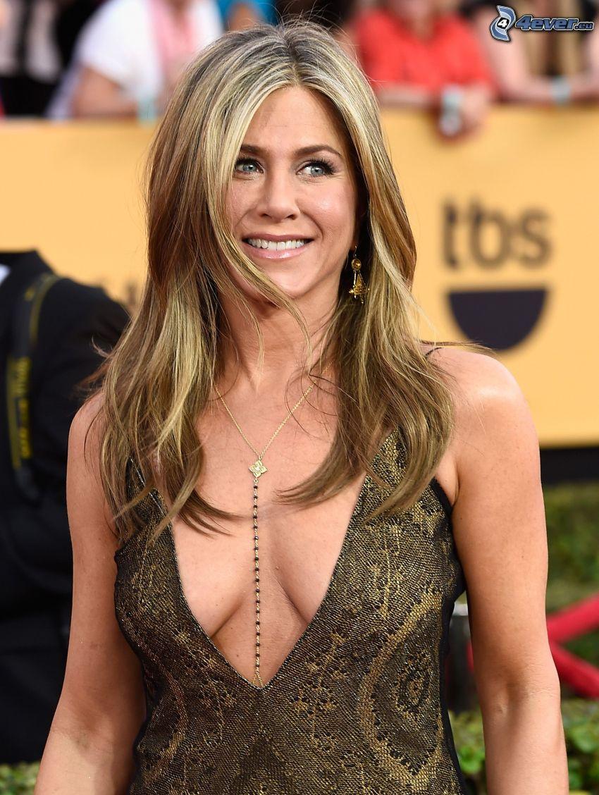 Jennifer Aniston, vestido de oro, sin sujetador, mirada