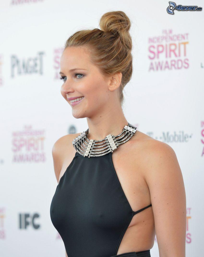 Jennifer Lawrence, sin sujetador, vestido negro
