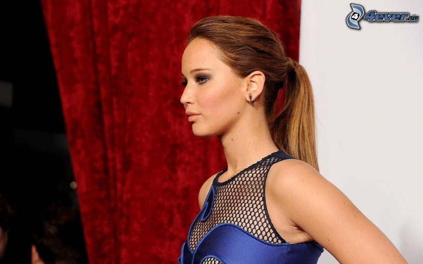 Jennifer Lawrence, vestido azul, cola de caballo