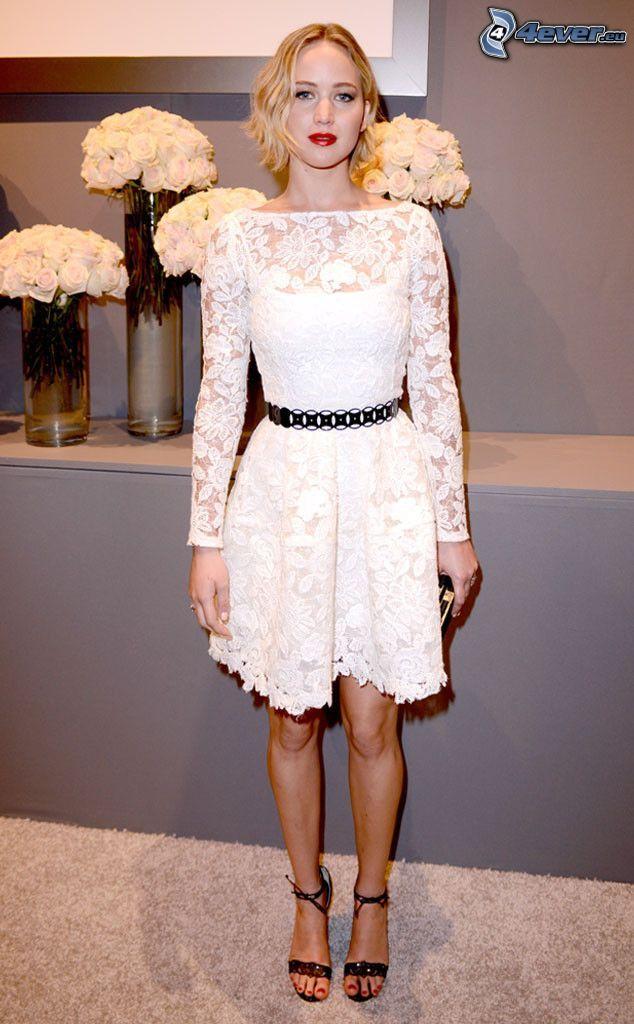 Jennifer Lawrence, vestido blanco, rosas blancas