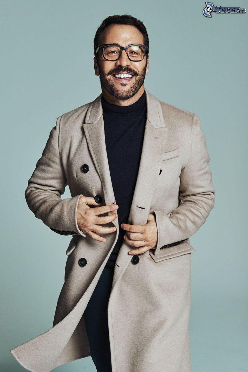 Jeremy Piven, el hombre con las gafas, risa, abrigo
