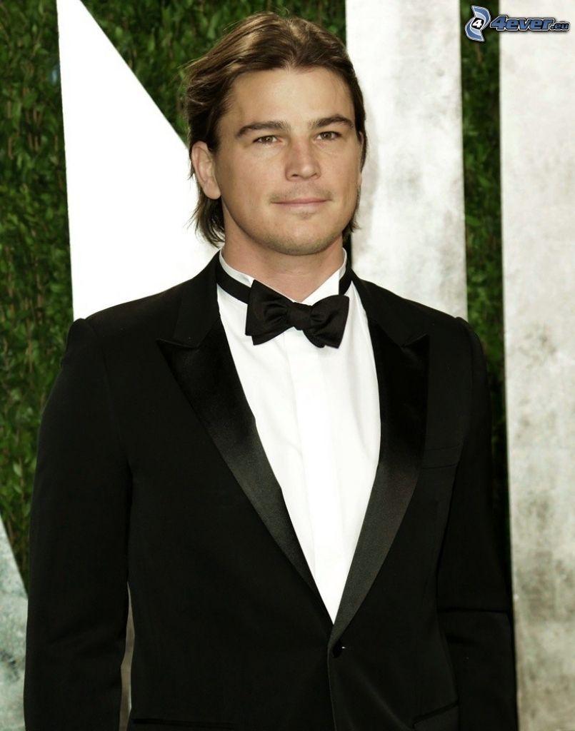 Josh Hartnett, corbata de lazo, hombre en traje