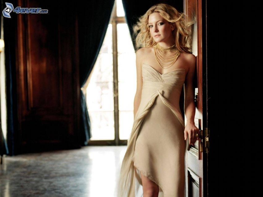 Kate Hudson, vestido beige