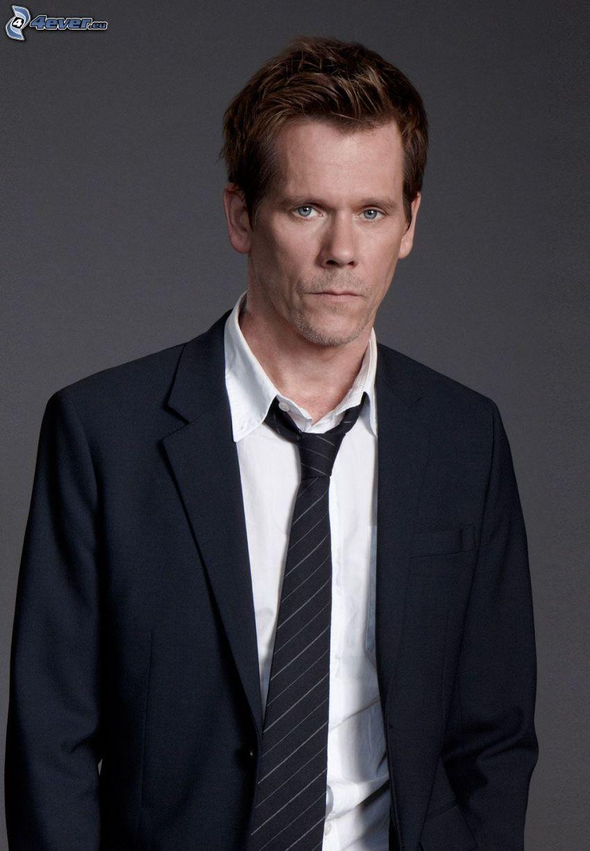 Kevin Bacon, hombre en traje
