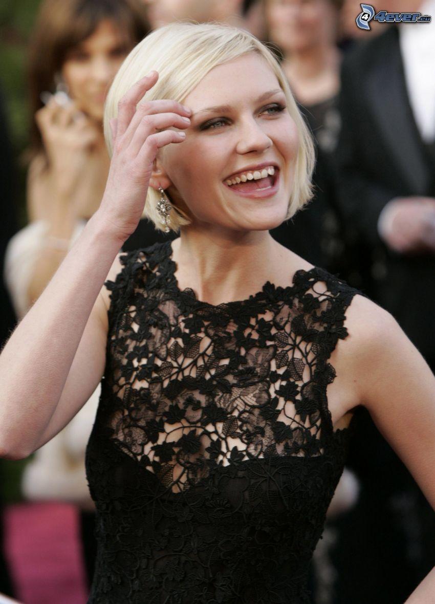Kirsten Dunst, risa, vestido negro