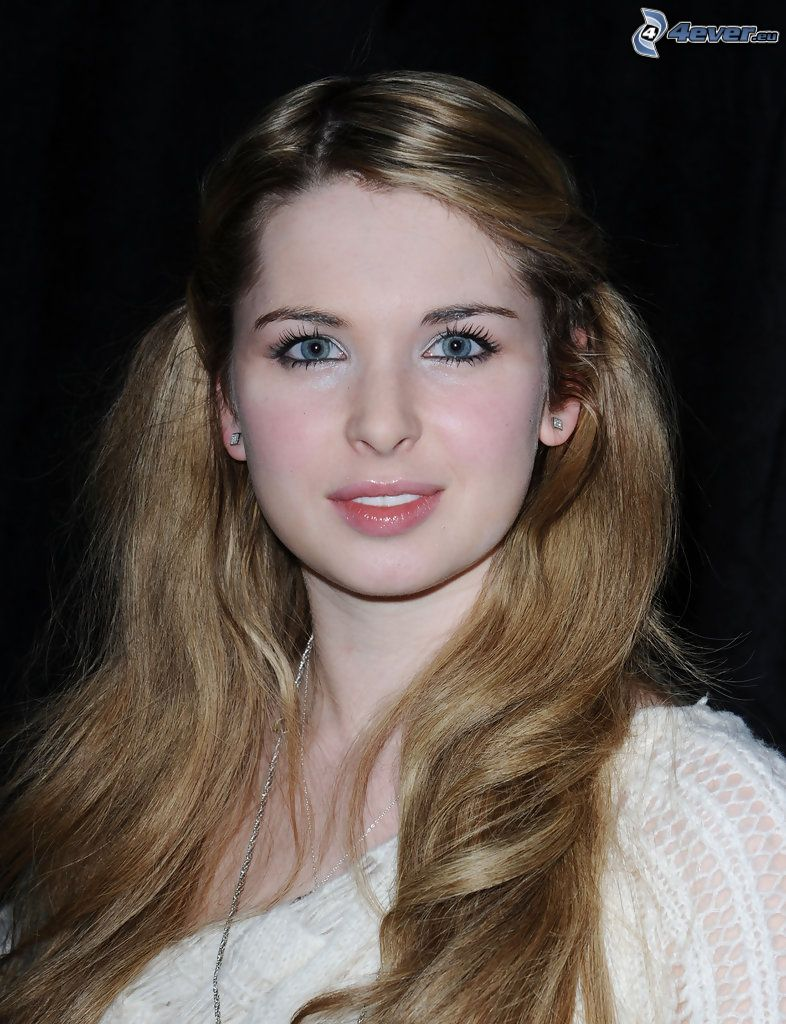 Kirsten Prout, ojos azules