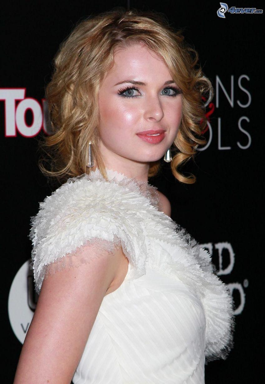 Kirsten Prout, vestido blanco
