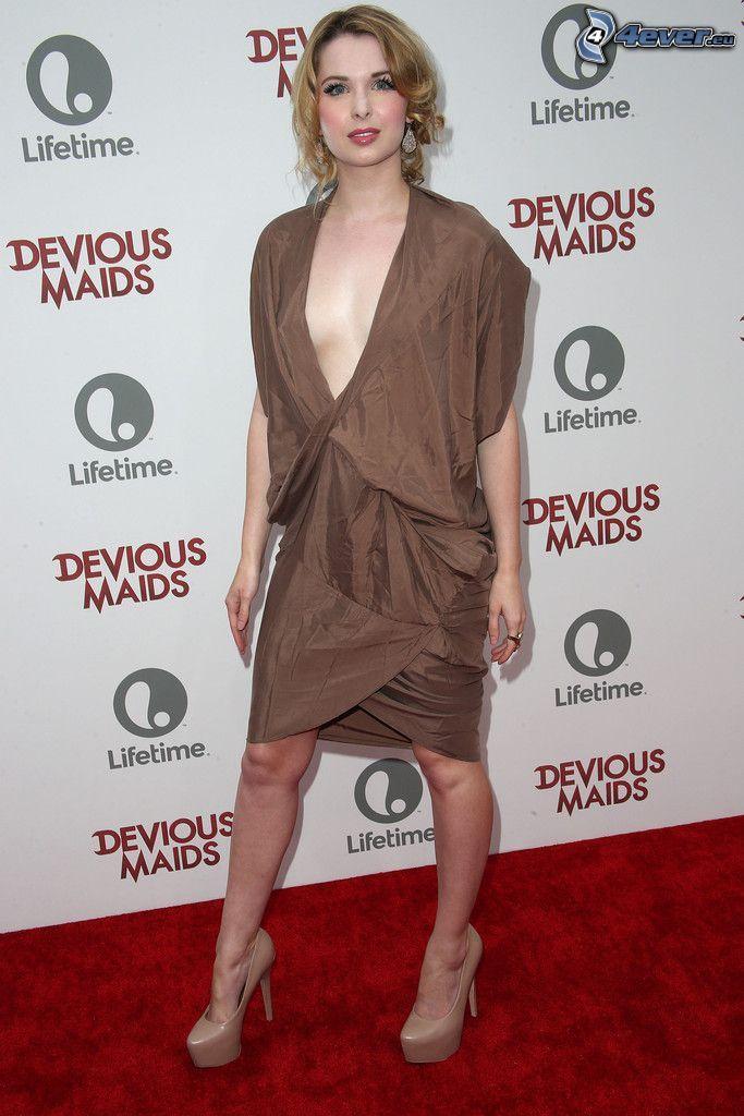 Kirsten Prout, vestido marrón