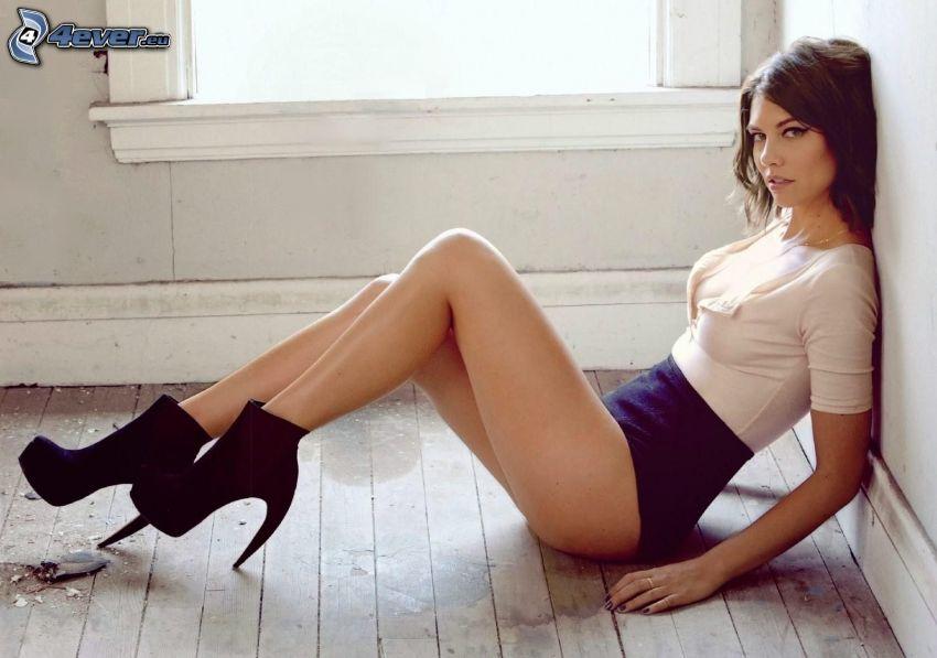 Lauren Cohan, morena en el suelo