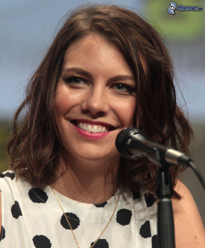 Lauren Cohan, sonrisa, micrófono