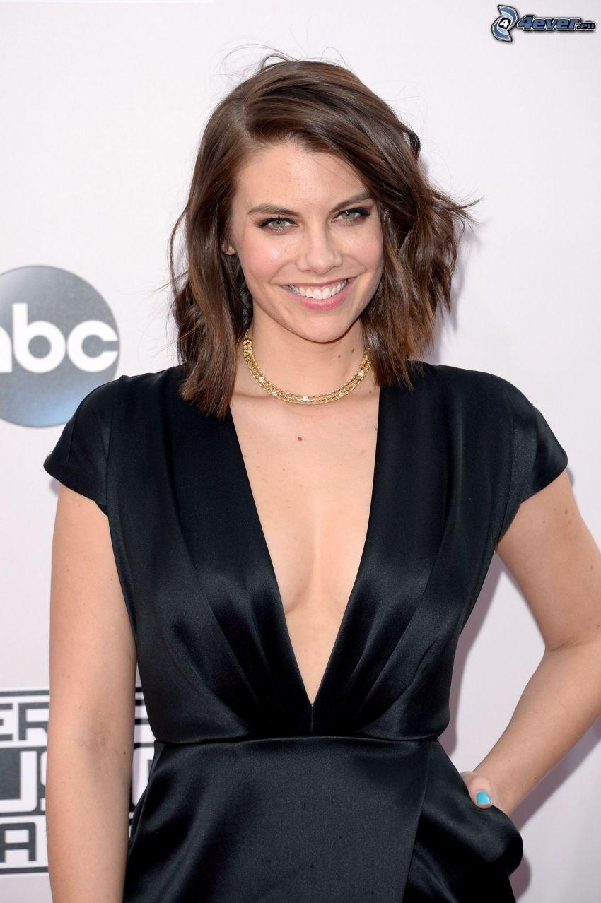 Lauren Cohan, sonrisa, vestido negro