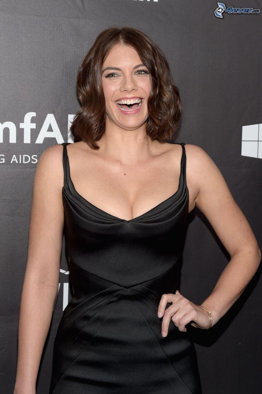 Lauren Cohan, vestido negro, risa