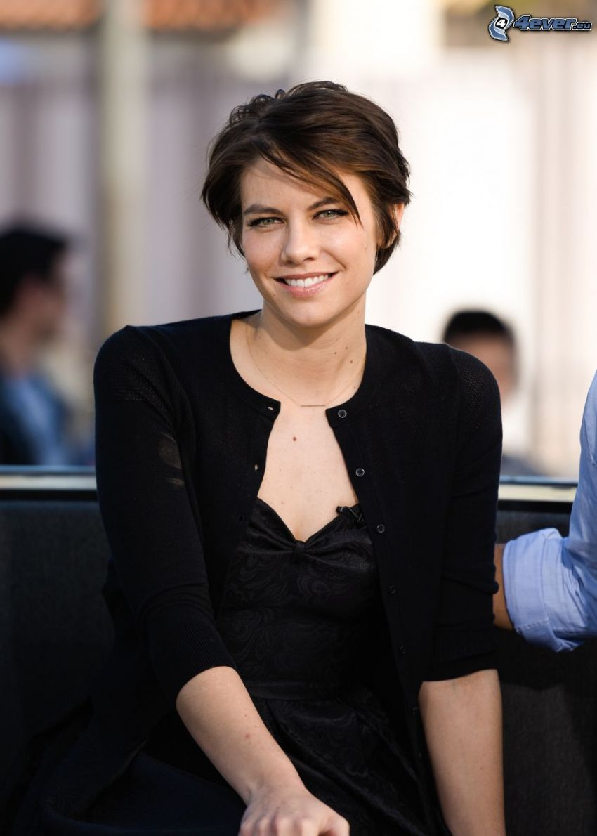 Lauren Cohan, vestido negro, sonrisa, pelo corto
