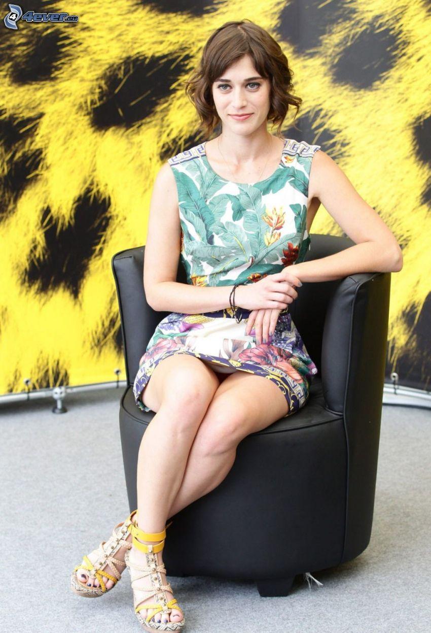 Lizzy Caplan, silla