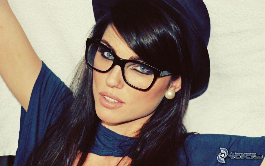 Louise Cliffe, chica con gafas