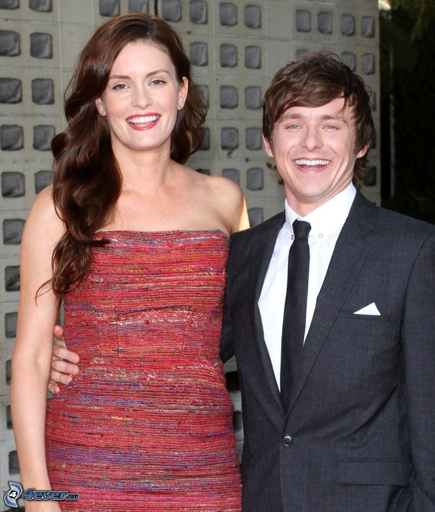 Marshall Allman, Anne Allman, pareja, risa, vestido rojo, hombre en traje