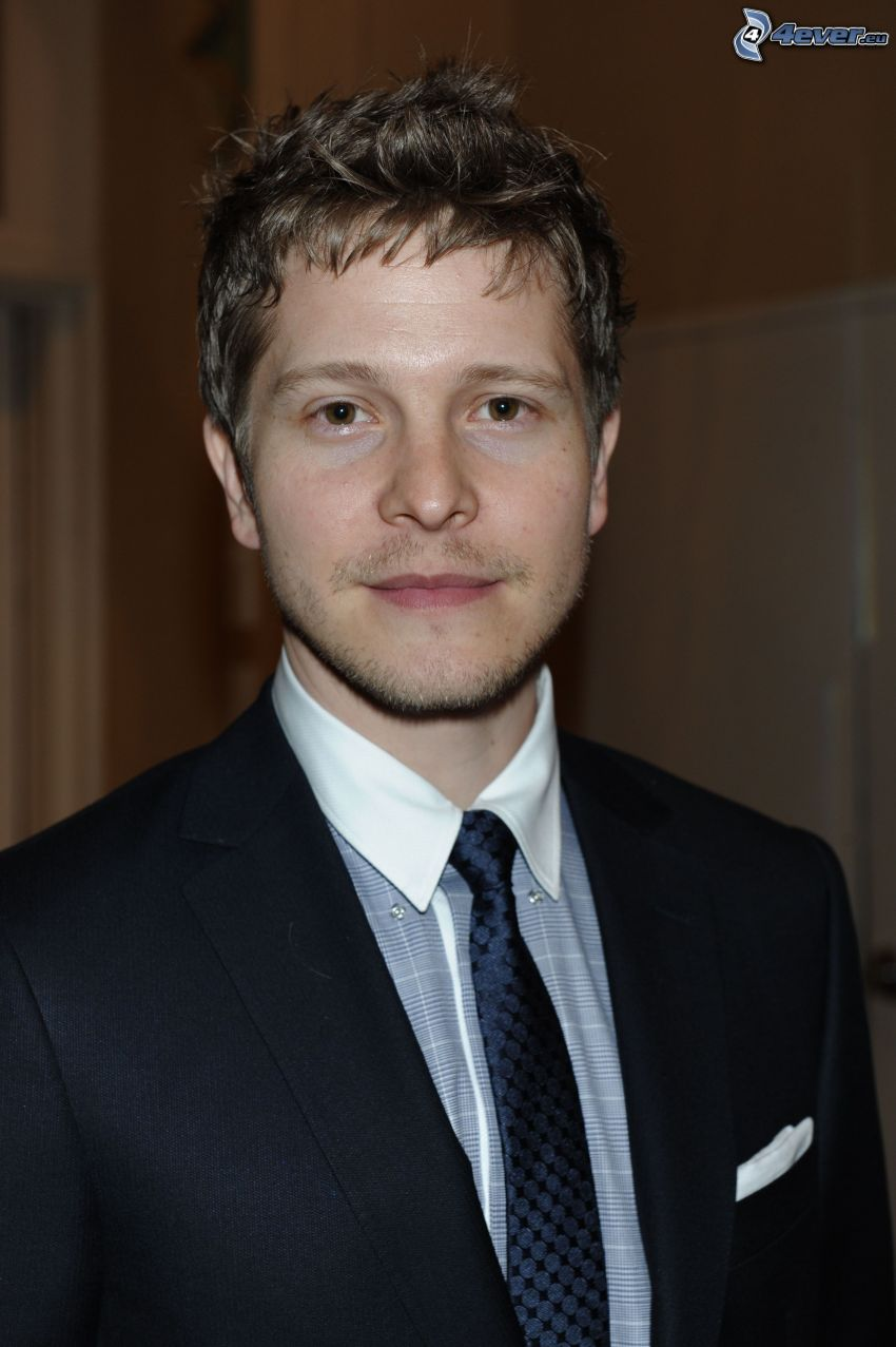 Matt Czuchry, hombre en traje