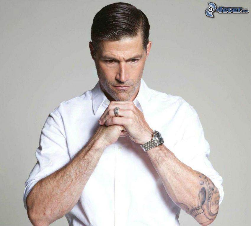 Matthew Fox, camisa blanca, tatuaje