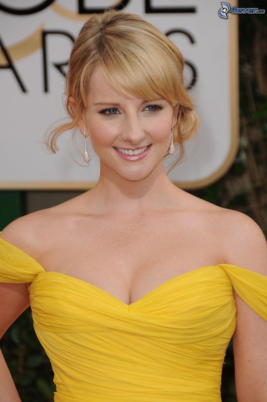 Melissa Rauch, vestido amarillo, sonrisa, mirada
