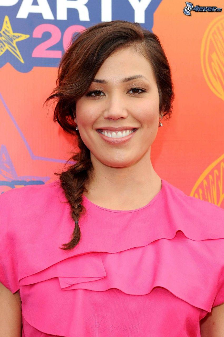 Michaela Conlin, sonrisa, vestido de color rosa