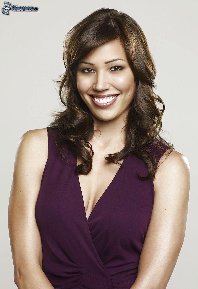 Michaela Conlin, sonrisa, vestido púrpura