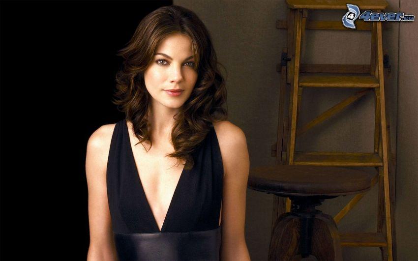 Michelle Monaghan, vestido negro, escalera