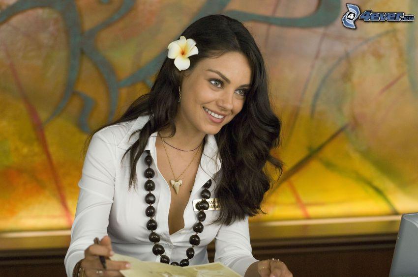 Mila Kunis, actriz, flor blanca, collar, sonrisa