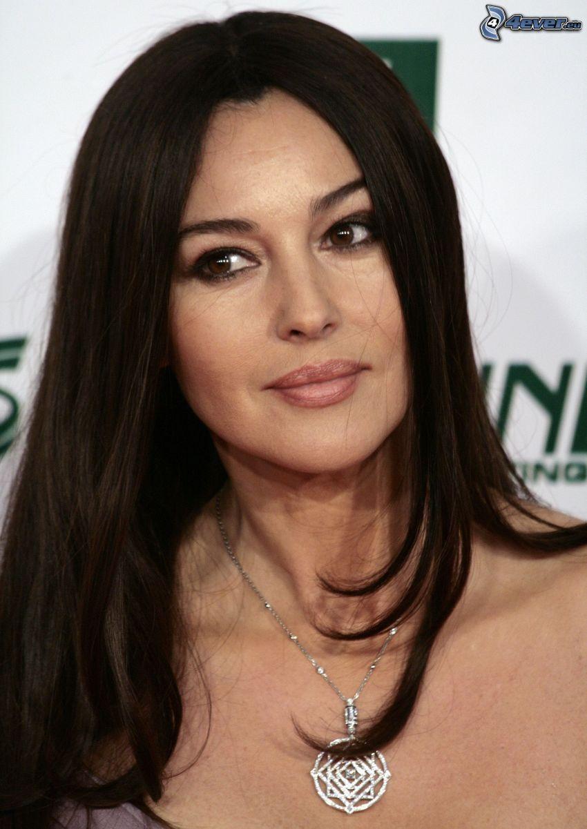 Monica Bellucci, collar
