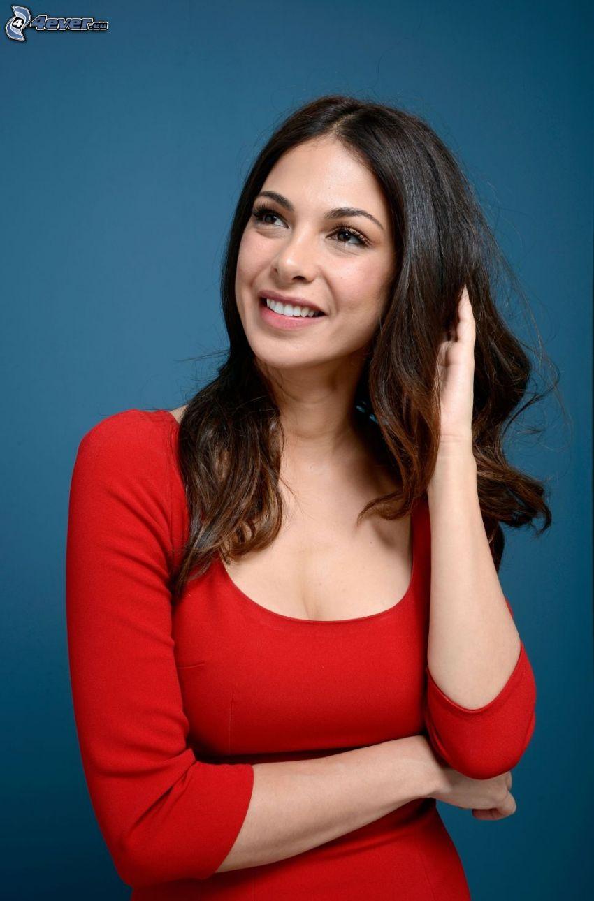 Moran Atias, sonrisa, vestido rojo