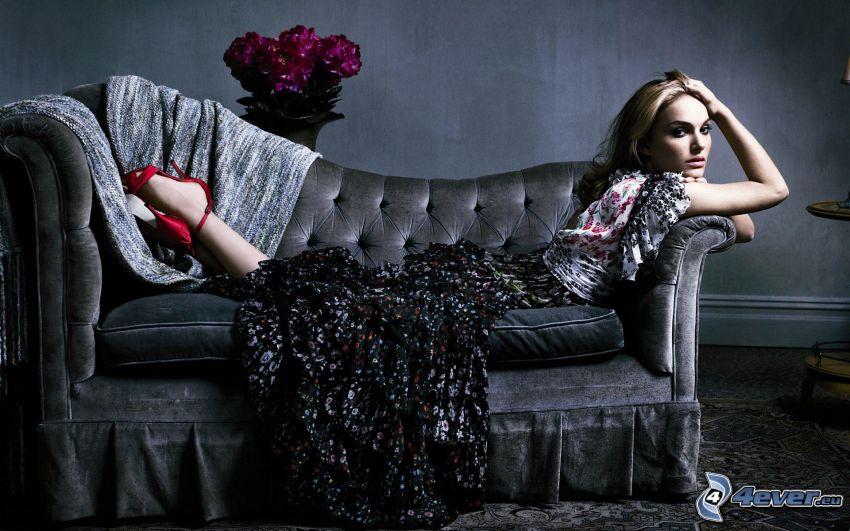 Natalie Portman, mujer en el sofá