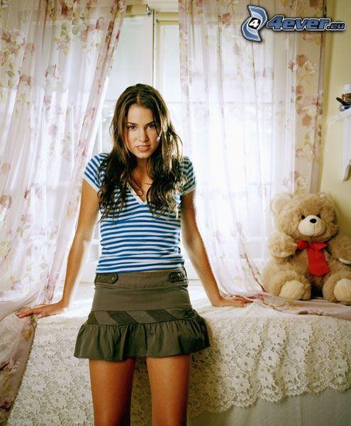 Niki Reed, niña con peluche, habitación, oso de peluche