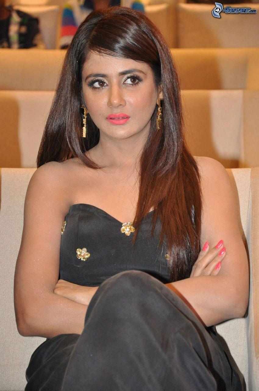 Parul Yadav, vestido negro
