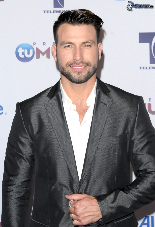 Rafael Amaya, hombre en traje