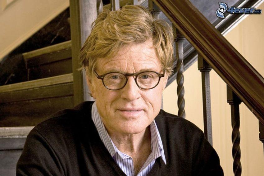 Robert Redford, el hombre con las gafas, escalera