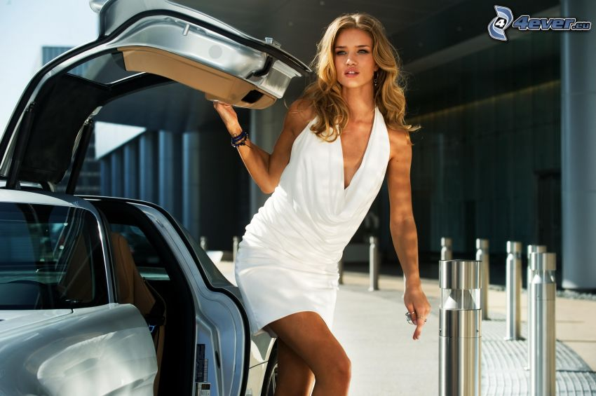 Rosie Huntington Whiteley, coche, vestido blanco