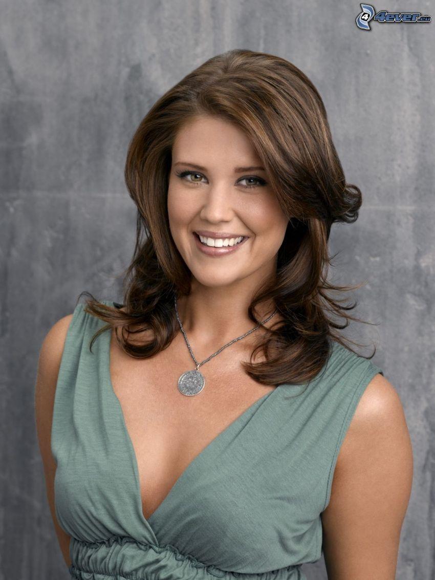 Sarah Lancaster, sonrisa, collar