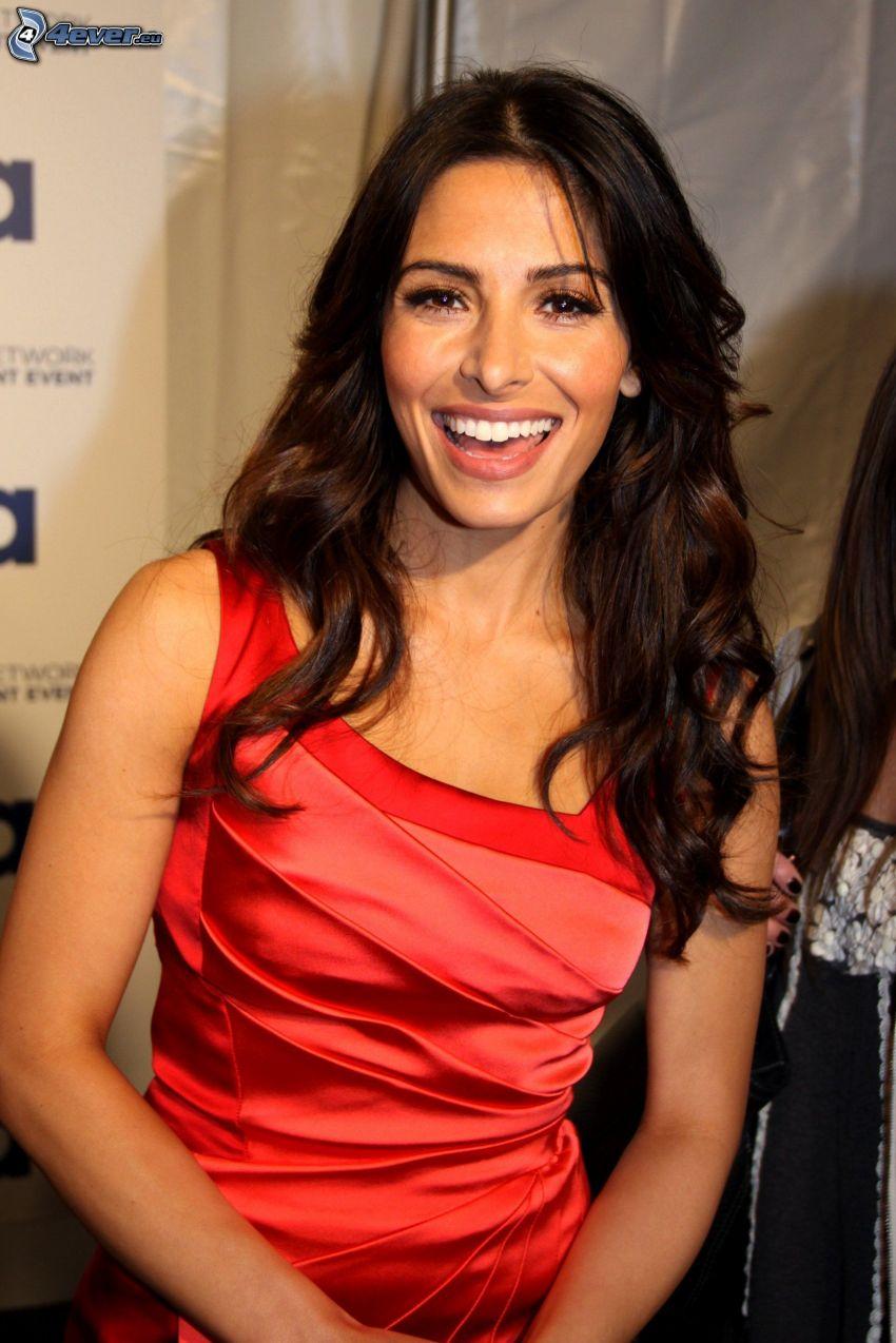 Sarah Shahi, vestido rojo, risa