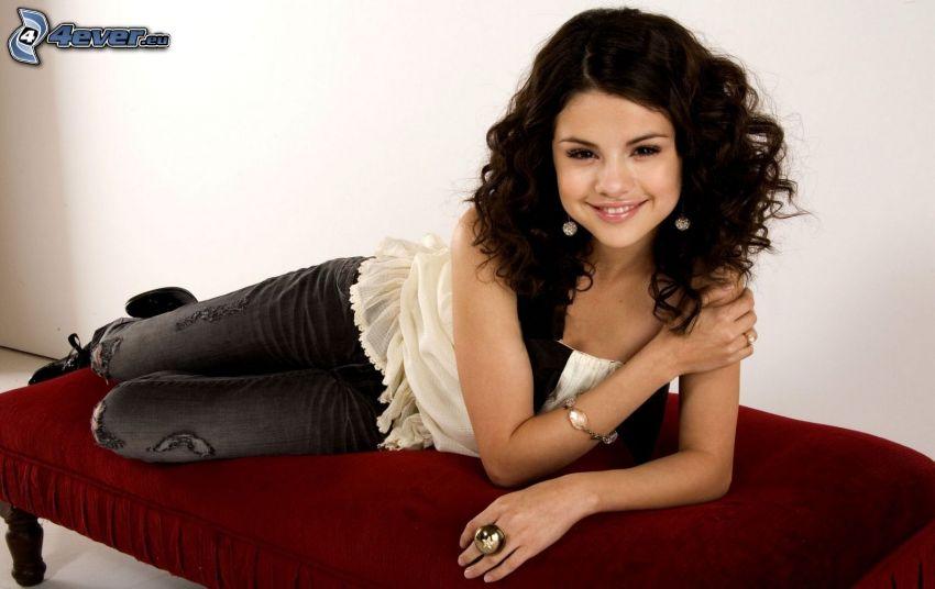 Selena Gomez, cabello rizado, sofá
