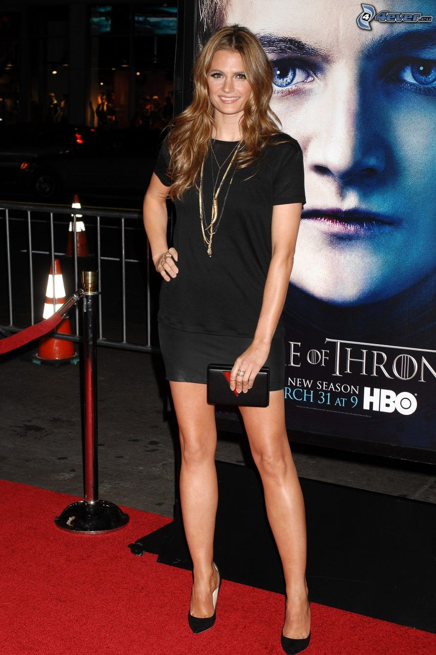 Stana Katic, sonrisa, vestido negro