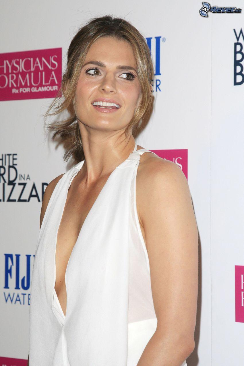 Stana Katic, vestido blanco, sonrisa