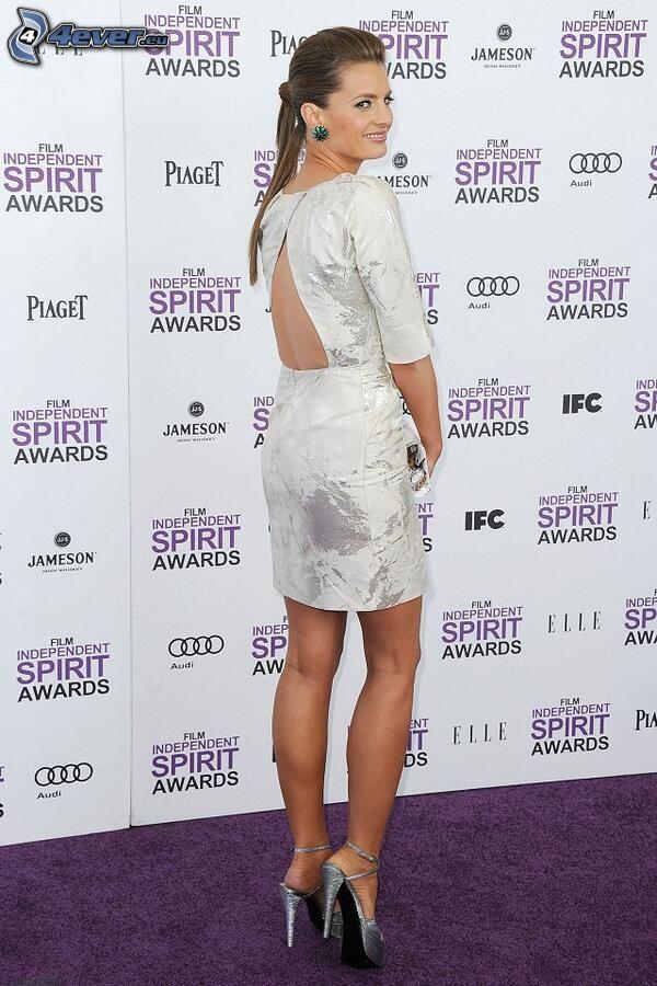 Stana Katic, vestido blanco