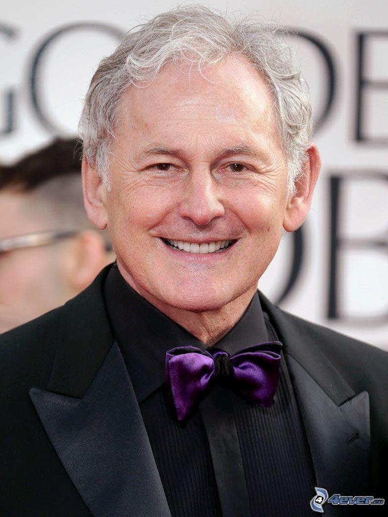 Victor Garber, corbata de lazo, sonrisa