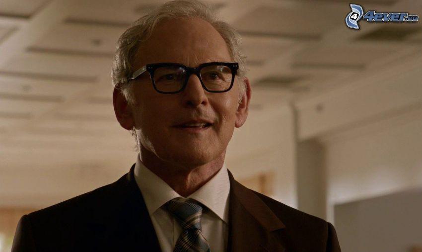 Victor Garber, el hombre con las gafas, corbata