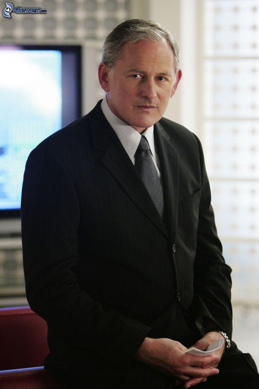 Victor Garber, hombre en traje