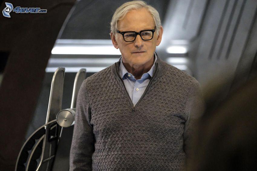 Victor Garber, suéter, el hombre con las gafas
