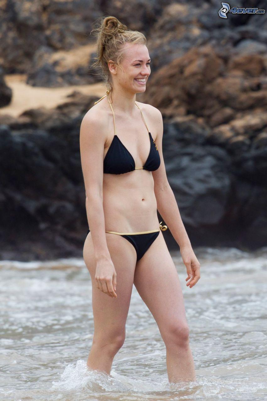 Yvonne Strahovski, traje de baño negro, mujer en el mar